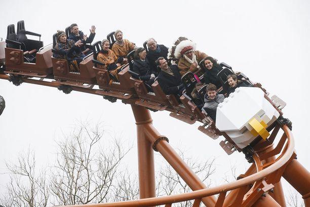 Prinssi perheineen pääsi testaamaan uuden Flying Eagle-vuoristoradan.