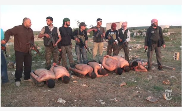 New York Timesin vuonna 2013 julkaisema video osoitti, että myös Syyrian kapinalliset syyllistyvät raakuuksiin. Ruotsissa vangittu mies on yksi videolla näkyvistä miehistä.