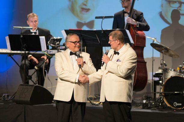 """Alkuperäiset Kivikasvot Ismo Sajakorpi ja Matti """"Fredi"""" Siitonen onnittelevat toisiaan 50 vuodesta."""