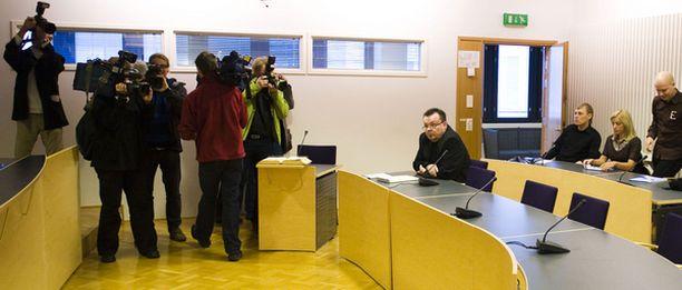 MISSÄ KAIKKI? Susan Ruusunen ei ilmaantunut paikalle Espoon käräjäoikeuteen tiistaina. Myöskään syytettyjä ei oikeudessa nähty.
