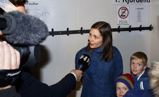Katrin Jakobsdottir on kolmen lapsen äiti.