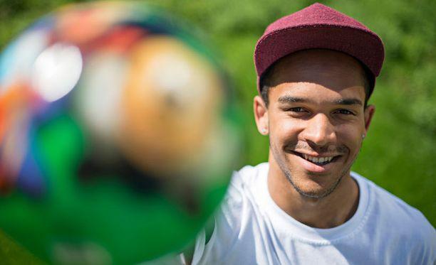 21-vuotias Nikolai Alhon elämän täyttävät jalkapallo ja musiikki.