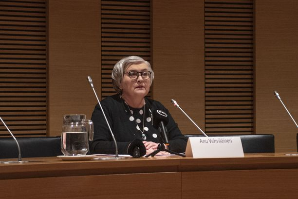 Eduskunnan puhemies Anu Vehviläinen (kesk) käynnisti Tytti Yli-Viikarin virastapidättämisprosessin vasta julkisen paineen käytyä kestämättömäksi. Virasta pidättämisestä päätettiin 8. huhtikuuta.