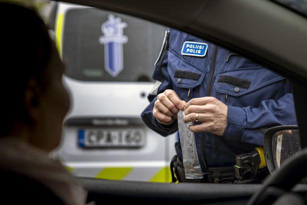 17-vuotiaille myönnettyjen henkilöautokorttien määrä on noussut nopeasti kymmeniin tuhansiin. Nuoret kuljettajat ovat rike- ja vahinkoalttiita.