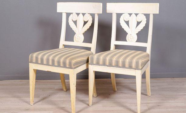 Tämä tuolipari kuului aikanaan Kultarantaan, mistä se päätyi Kekkosen hovimestarin omistukseen kun kalustusta uusittiin.