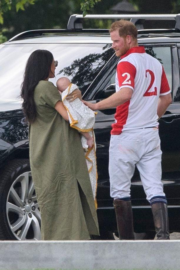 Prinssi Harry tuli suukottamaan vaimoaan ottelun jälkeen. Archie sai isältään hellän silityksen selälle.