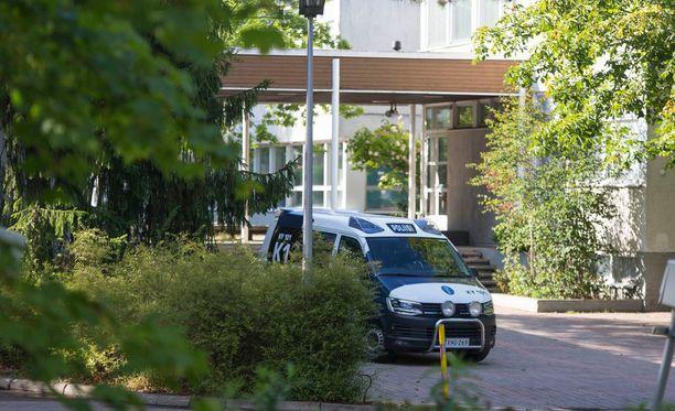 Poliisi ja henkilökunta tyhjensivät koulun ja koulupäivä päättyi evakuointiin.
