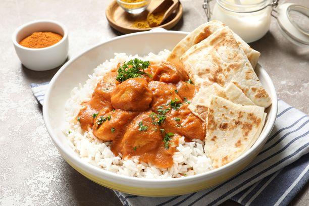 Butter chicken tarjoillaan perinteisesti riisin ja naanleivän kanssa.