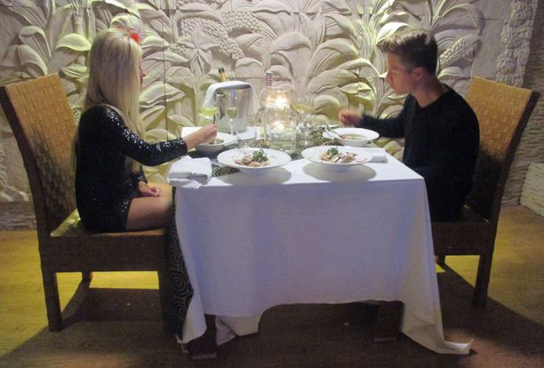 Ennen yhteistä vau-hetkeä Jasmina ja Benjamin illallistavat romanttisissa merkeissä.