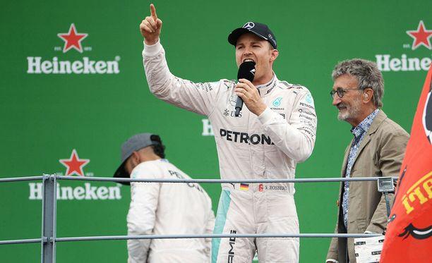 Eddie Jordan (oikealla) on tuttu näky F1-varikolla. Kuvassa mies haastattelee Nico Rosbergia syyskuun alussa ajetun Monzan GP:n palkintokorokkeella.