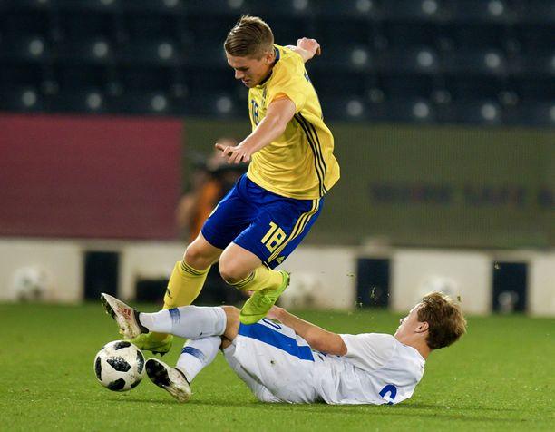 Saku Ylätupa liukuu A-maaottelussa Ruotsia vastaan tammikuussa.