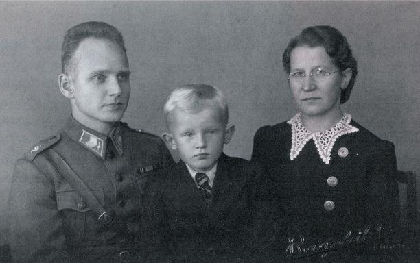 Aliupseeri-isä Oiva, Tyyne-äiti ja Martti Ahtisaari.