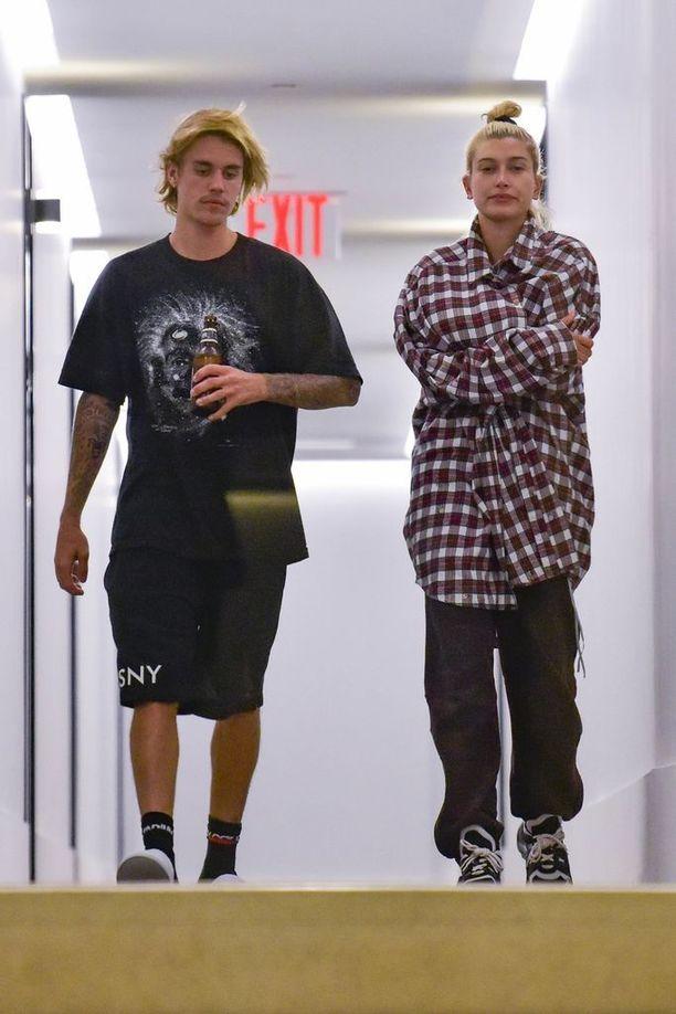 Justin Bieber ja Hailey Baldwin nähtiin vakavailmeisinä yhdessä hetkeä ennen kuin Bieber käveli kadulla kädessään avioliitto-ohjeita tarjoava krisillinen kirja.