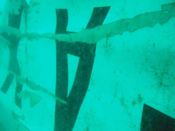 Indonesian etsintä- ja pelastusvirasto antoi keskiviikkona julkisuuteen vedenalaisia kuvia AirAsian turmakoneen hylystä.