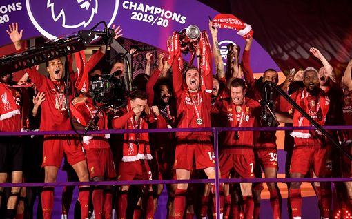 Liverpool pääsi käsiksi Valioliigan mestaruuspokaaliin - nuiji sitä ennen Chelsean maalijuhlassa