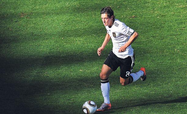 Mesut Özil pelasi ensimmäisen A-maaottelunsa helmikuussa 2009. Nyt hän on Saksan MM-kisatähti.