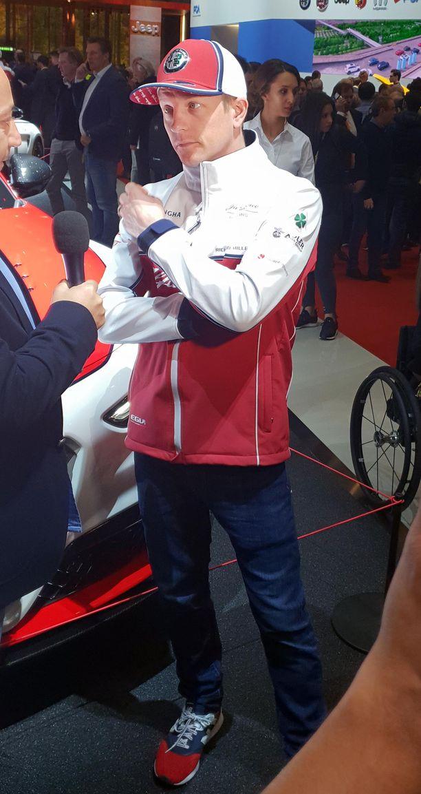 Kimi vastaisi kouliintuneesti myös Alfa Romeon Racing -siviiliautoihin liittyviin kysymyksiin.