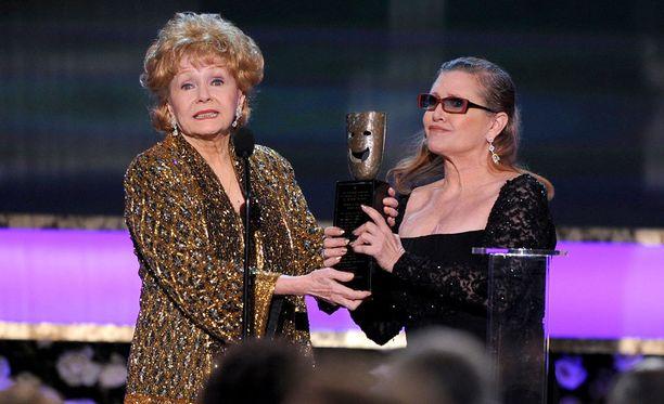 Tammikuussa 2015 Debbie Reynolds palkittiin Yhdysvaltain elokuvanäyttelijöiden killan eli Screen Actors Guildin elämäntyöpalkinnolla. Carrie Fisher luovutti palkinnon äidilleen.