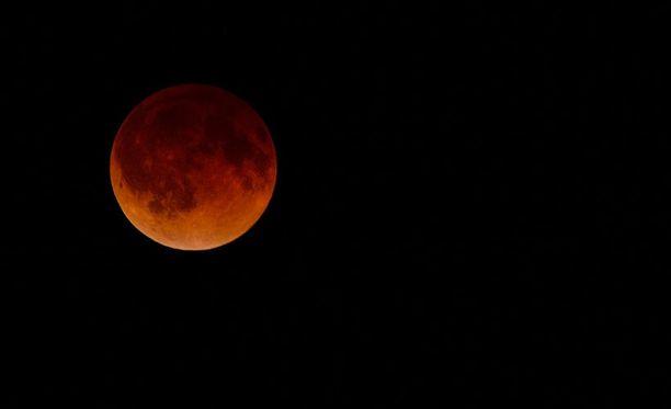 Verisen punainen kuu Wichitassa Kansasin osavaltiossa Yhdysvalloissa.