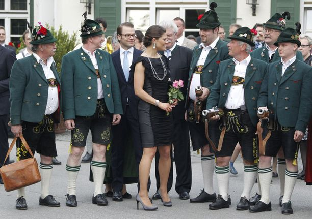 Perinteiset Baijerin kiväärimiehet viihdyttivät kruununprinsessaa ja prinssi Danielia Ayingin kylässä lähellä Münchenia tiistaina.