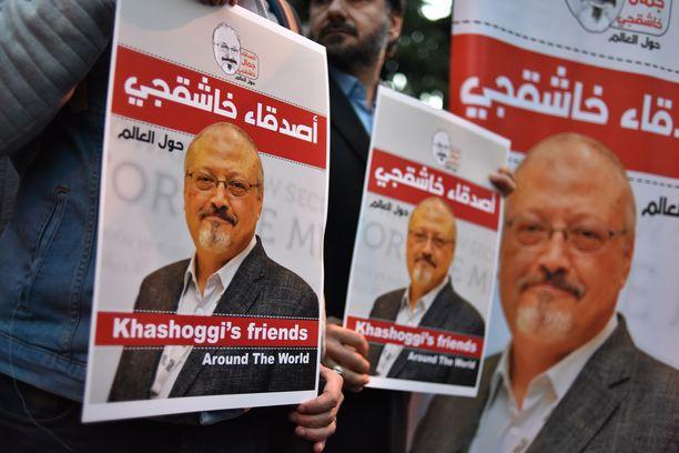 Ihmiset kantoivat Jasmal Khashoggin kuvia osoittaessaan mieltä Saudi-Arabian Istanbulin-konsulaatin edessä lokakuun loppupuolella.