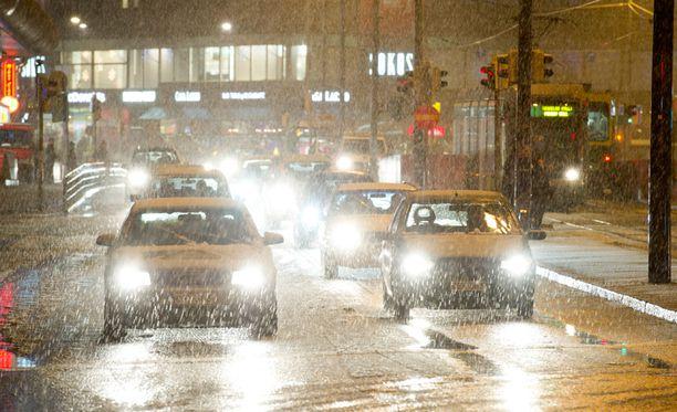 Joulun liikenne alkaa räntäisissä merkeissä osassa maata. Kuva Helsingin Mannerheimintieltä viime vuoden joulukuussa.