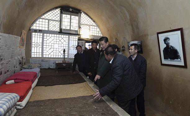 Xi tutustumassa luolaan, jossa teininä asui. Luolasta on tullut suorastaan pyhiinvaelluskohde puolueen uskollisten jäsenten keskuudessa.