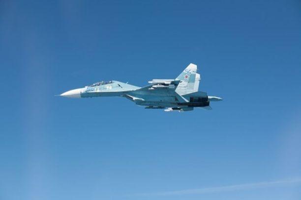Ilmavoimien kuvaama Suhoi Su-27-hävittäjä Itämerellä.