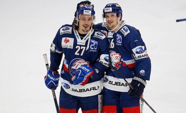 Lauri Korpikoski meni päätyyn asti yhdessä Roman Wickin (vas.) ja Zürich Lionsin kanssa.