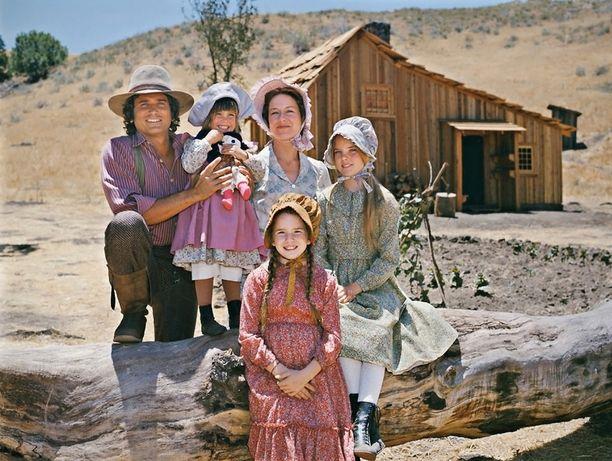 Isä Charles (Michael London), äiti Caroline (Karen Grassle) ja tyttäret Mary (Melissa Sue Anderson), Laura (Melissa Gilbert) ja Carrie (Lindsay Greenbush) ovat Ingallsin perhe.