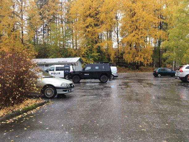 Iltapäivällä opiskelija-asuntolan parkkipaikalla oli poliisimaija ja panssariauto.