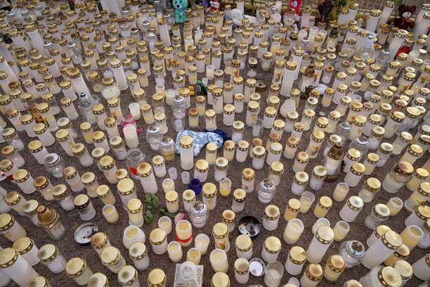 Leikkipuiston edustalle kasvoi satojen kynttilöiden meri.