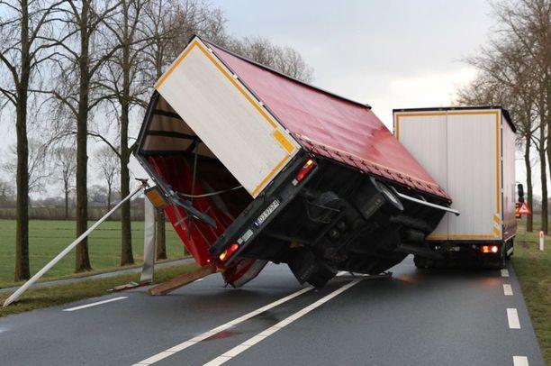 Myrsky hajotti rekan Hollannin Kampenissa torstaina. Vastaavia tapauksia sattui yli 60.