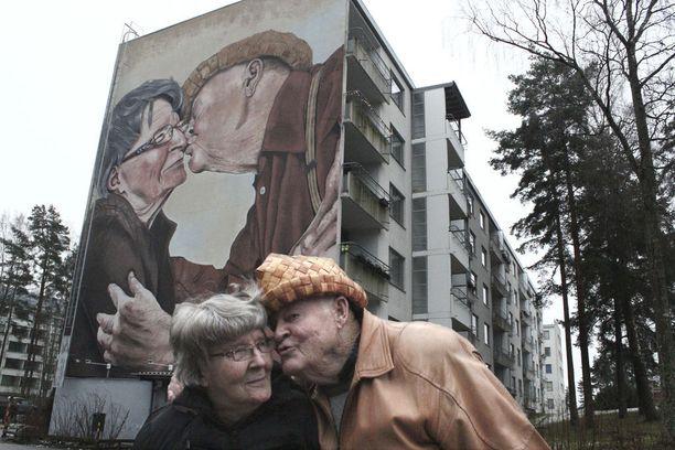 Ritva ja Esko Ketolan suudelma ikuistettiin muraaliksi espoolaistaloon, jossa pariskunta on asunut 50 vuotta. Maalauksen on tehnyt Teemu Mäenpää.