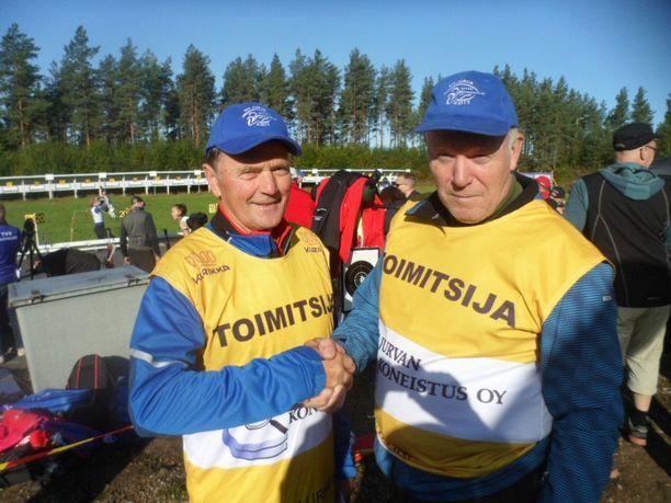 Ensimmäisiä onnittelijoita 70 vuotta täyttävälle Heikki Ikolalle (vas.) on hänen pitkäaikainen jurvalainen ystävänsä ja kilpatoverinsa Erkki Antila (oik).