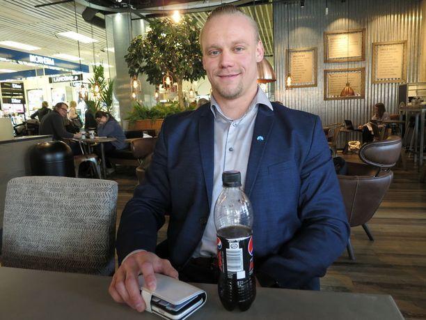 Kokoomuksen varapuheenjohtajakisaan lähtenyt teekkari Juho Ojares osti vapun kunniaksi Tamppi-wappulehden Antti Johanssonilta.