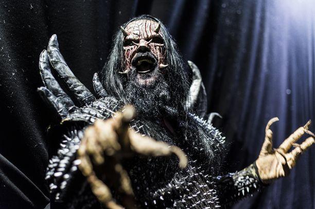 Lordi esittelee Facebook-kuvassa innoissaan Lordildo-dildopakkausta.