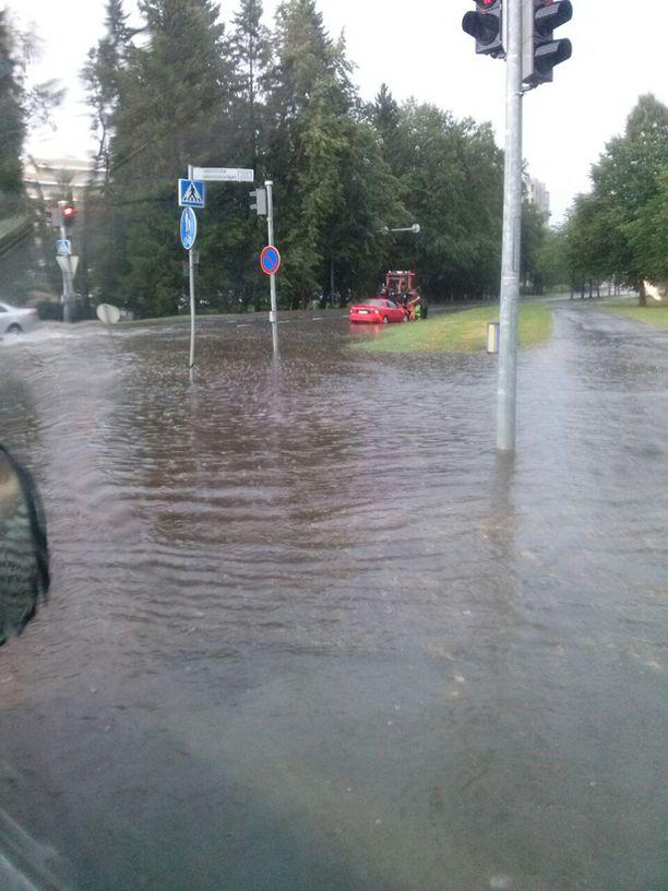 Onkilahdenkadun ja Wolffintien risteyksessä tulvi.