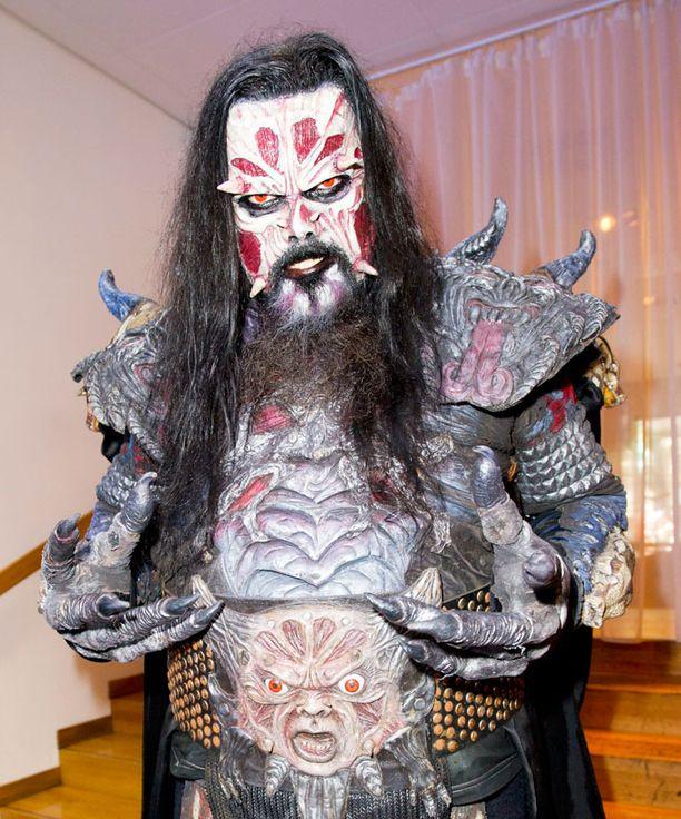 Lordi treenaa uuden rumpalin kanssa, mutta ei vielä esittele hahmoa sen tarkemmin. - On vielä liian aikaista Otuksen kuoleman jälkeen, Mr. Lordi perustelee.