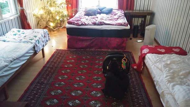Viime jouluna juhla järjestettiin Janikan lapsuudenkodissa, ja osa vieraista mahtui myös yöpymään rintamamiestalossa.