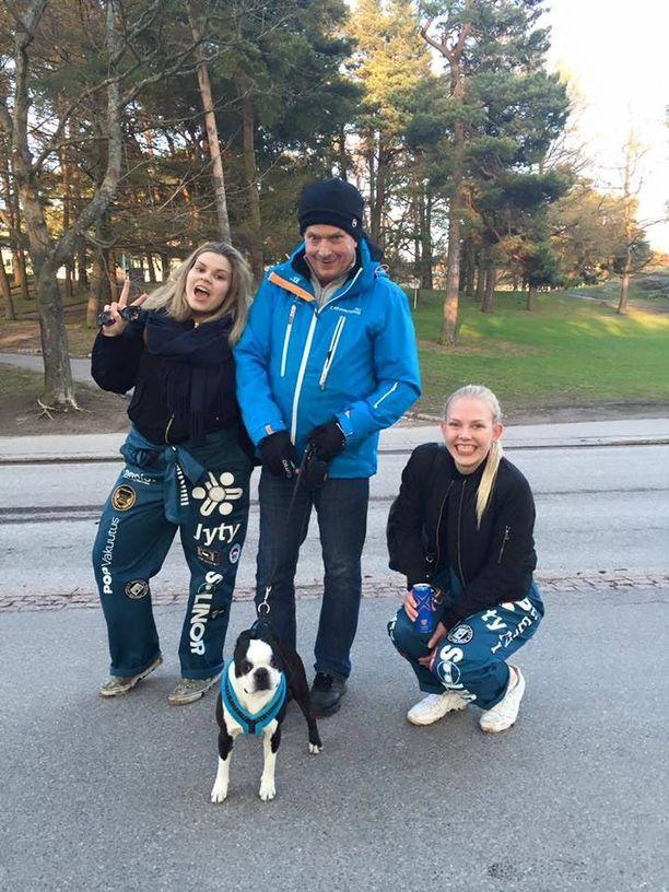 Opiskelijat Vilhelmiina Näykki (vas.) ja Heini Höytiä juhlistivat vappua presidentti Sauli Niinistön ja Lennu-koiran kanssa.