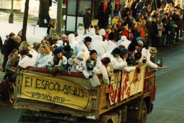 """""""Ei espoolaisille"""", julistettiin penkkarikuorma-auton lakanassa vuonna 1994."""