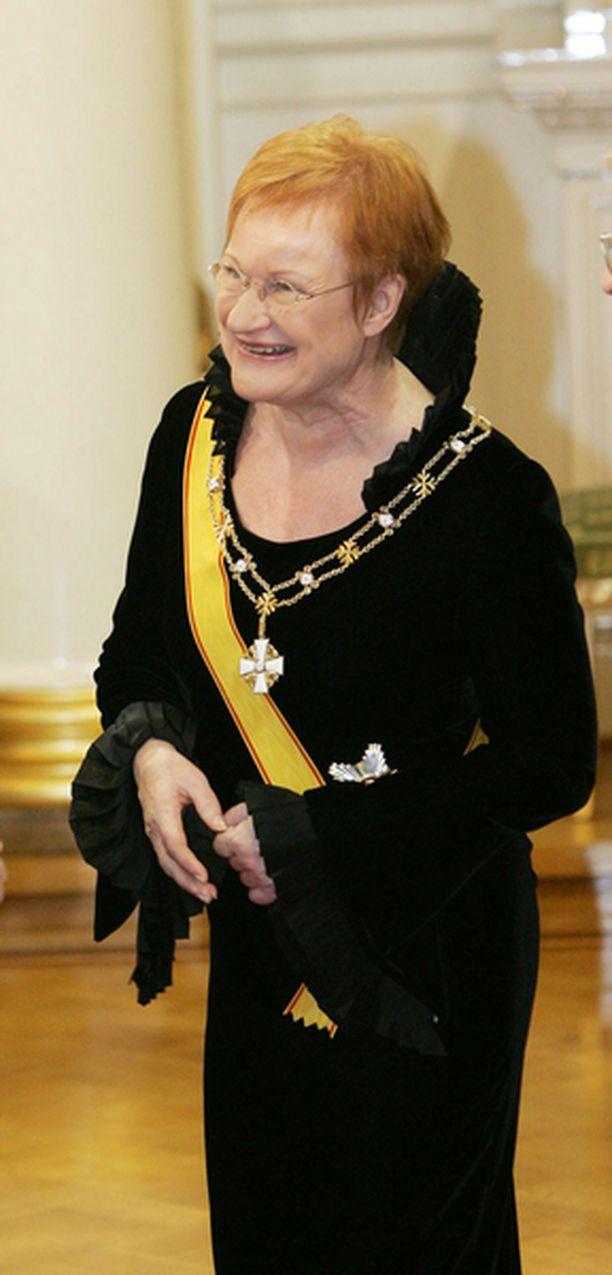 Iltalehden muotiasiantuntija arvioi myös Tarja Halosen puvun. Viime vuonna tummiin pukeutunut presidentti sai kiitosta tyylikkyydestään.
