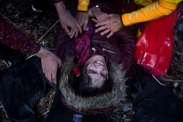 Nainen kärsi kylmästä merimatkan jälkeen. Sadat ihmiset joutuivat eilen veden varaan pyrkiessään Eurooppaan.