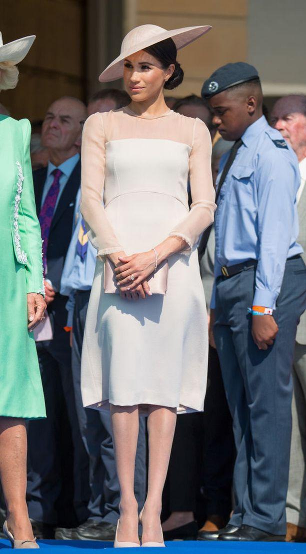 Buckinghamin palatsin kesäjuhliin Meghan valitsi brittimerkki Goatin hailakanpinkin mekon, jonka hintalapussa lukee 550 euroa.