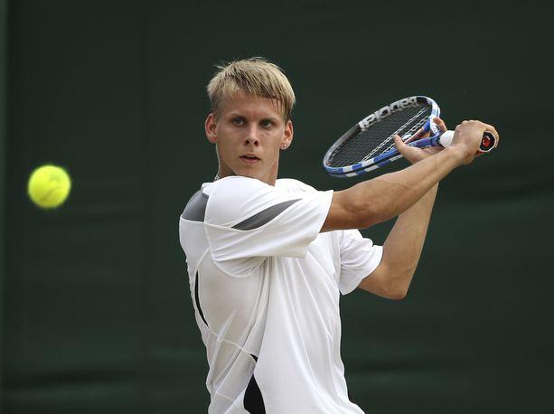 Mihail Birjukov otteli Wimbledonissa vuonna 2010.