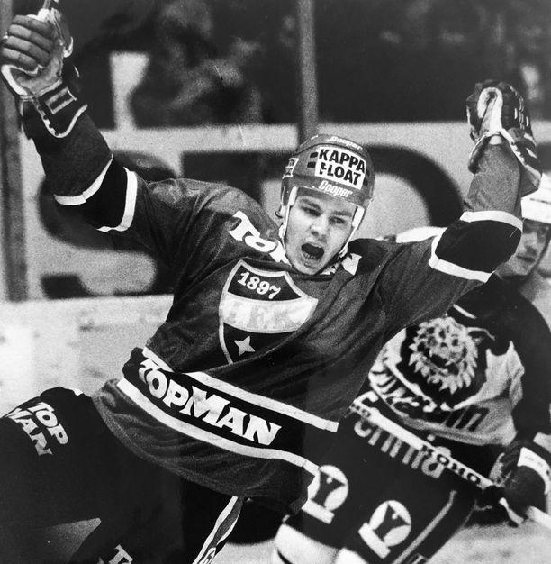 HIFK:n Anssi Melametsä tuulettaa tässä osumaansa Ilveksen verkkoon. Kuva on syksyltä 1986. Jokerikasvatti voitti HIFK-vuosinaan yhden mestaruuden ja kolme pronssia.