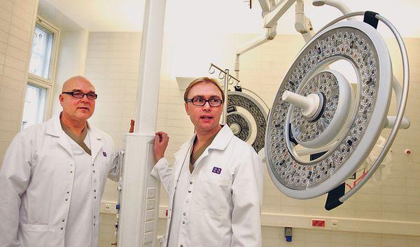 VOIMAA KEHOON Fysioterapian kuntolaitteet ovat viimeistä mallia tietokoneseurantoineen. Ylilääkäri Christer Lybäck ja vastaava johtaja Jan Lassus esittelevät palveluita.