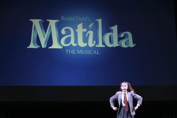 Opettaja ja oppilas matkustivat Lontooseen katsomaan Matilda-musikaalia.