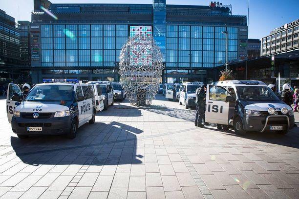 Aluksi poliisi oli jakanut Narinkkatorin kahdella maijarivistöllä selkeästi kahteen osaan, jotta mielenosoittajien välisiltä yhteenotoilta vältyttäisiin.
